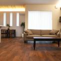「静と動を愉しむie」自然素材とライティングが1日の疲れを癒してくれるリラックス空間のLDKと、アクティブに活動できる多目的室を備えたこの家。 和室を中心に回遊することができ、どこにいてもそれぞれの生活を楽しむことのできる、静と動が共存する空間。