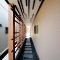 天井と壁に格子を施し、単調になりがちなアプローチに趣を持たせました。