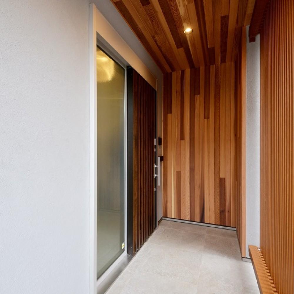 グレー外壁と無垢材が調和する耐震3の住まい|新潟市西蒲区|T様邸