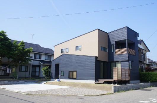 吹き抜けと無垢材が調和する和モダンデザインの家