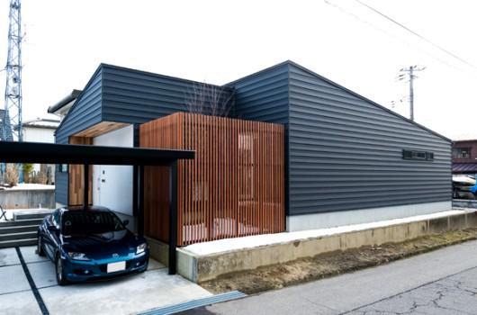 建具や窓枠にまで徹底的にこだわったシンプルで上質な平屋