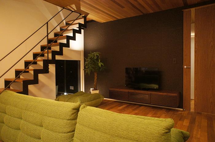 カラースキームを考え、室内とまとまりが生まれるように制作したTV台。