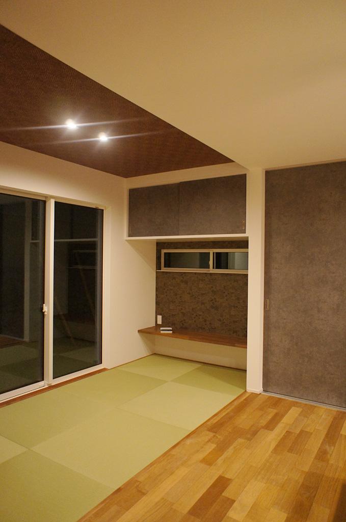 ちょっとしたくつろぎの場になるLDKつながりのタタミコーナー。制作した収納扉の柄が空間のアクセントに。