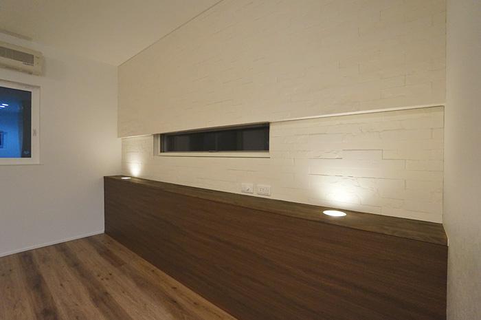 使いやすい配置のスイッチ・コンセント。エコカラットの機能・調光ライトが生み出す陰影。そのすべてが調和した心地よい寝室。