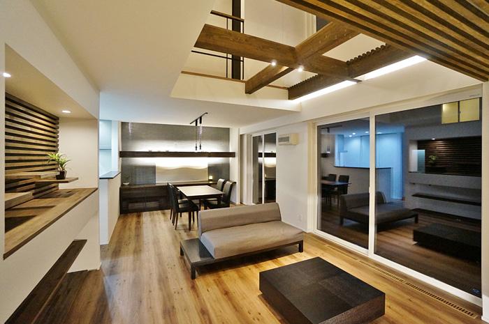 吹抜南面に大きな窓を設け、心地よい風と明るい光が室内を包み込む。