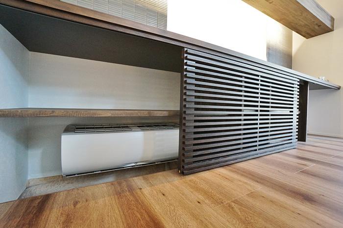 床下暖房は、収納と組み合わせ、ルーバー引き戸で覆い、デザイン性・メンテナンス性にも配慮されている。