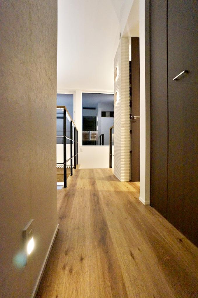 2階トイレの手前の廊下にフットライトを設置。 夜間トイレの際、足元が明るくなり安全性が高まる。