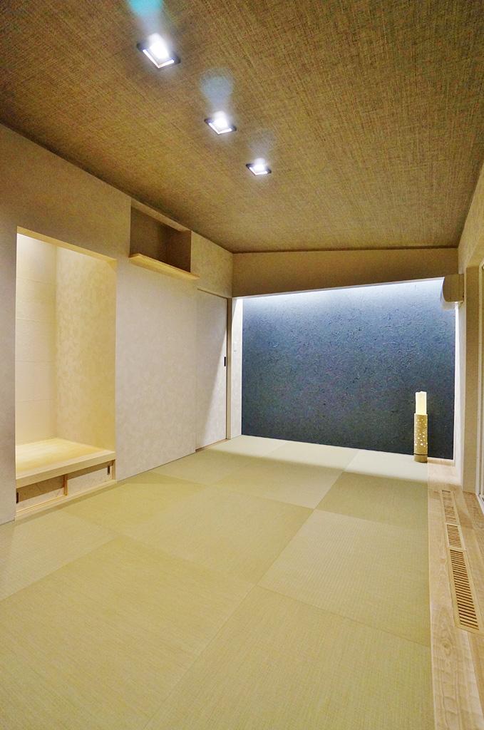 将来ベッドの配置等も配慮した和室。タタミの下は、フローリング貼りで仕上げ、タタミはかんたんに取り外せる様に細工がされている。スプーンカットされた板張りは和室のアクセントに。