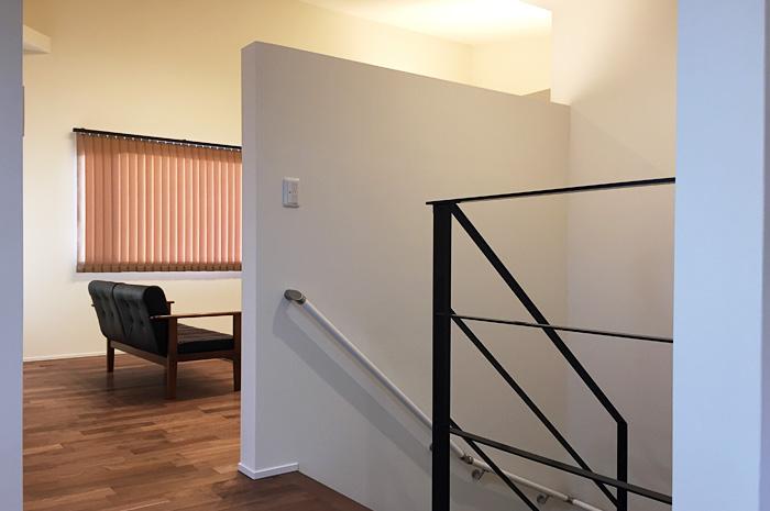 ダイニングテーブルの脚と統一させたブラック色のアイアン手摺が空間に広がりを持たせる。