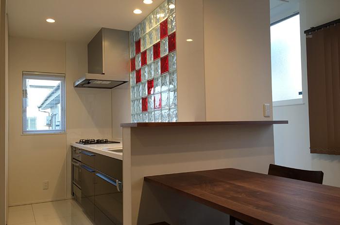 キッチン正面には、明かり取りとデザインを融合させたガラスブロックを設置明るいキッチンで毎日の家事が快適に。