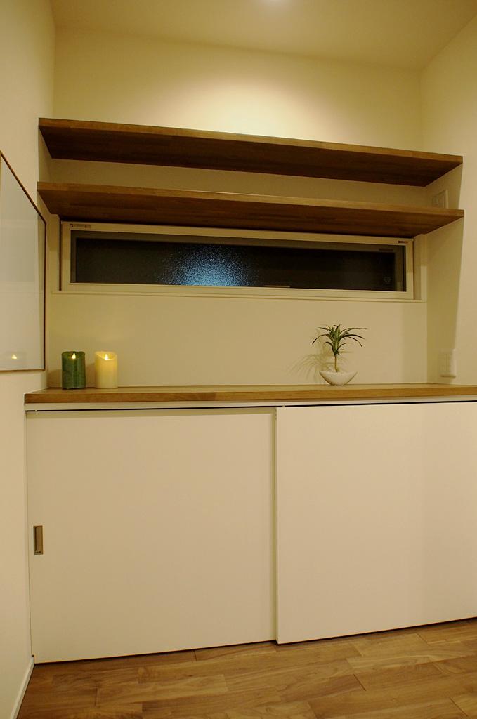 身の回りに広がりがちな小物を整理できるようにとつくられた、電話やパソコン台を兼ねたカウンター収納。窓もしっかり確保。