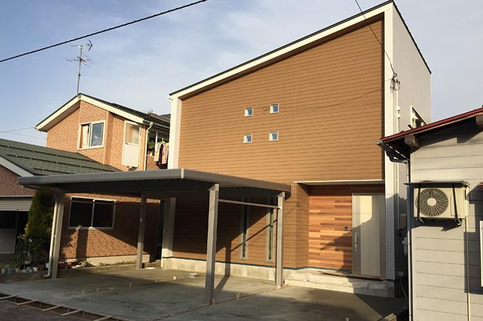 建物正面は、窯業系外壁とレッドシダーで色の統一を出しながらも、質感の違いでアクセントを持たせ、側面には、ホワイトの金属系外壁を用い、明るい印象の建物に仕上げた。