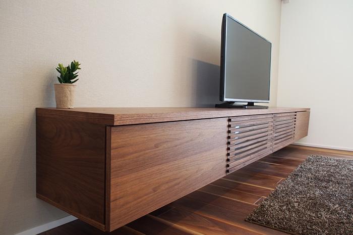 インテリアにベストマッチするウォ-ルナット突板で製作したワイドサイズのTVボード。