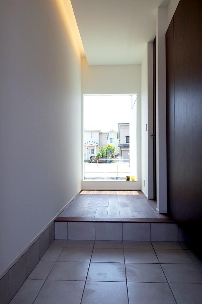 玄関ホール正面には、FIXサッシを配し、見通しの良い開放的な空間がそこに。
