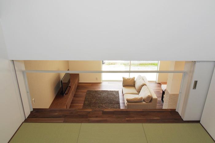 中2階の和室から眺めるリビング。家族のつながりを大切にしつつ、引戸の開閉でプライベート空間への対応も可能とした。