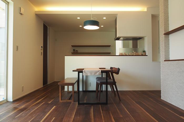 キッチン天井際にあしらった間接照明は、直接照明と組み合わせることで、様々な生活シーンを演出する。