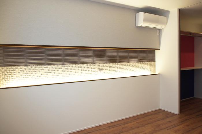寝室のライニングにはタイルを様々な表情に変える為の間接照明を仕込みました。