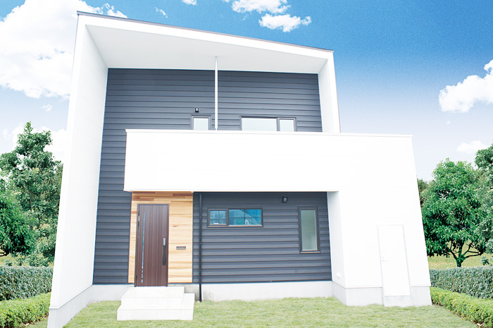 外観デザインに徹底的にこだわり、特徴的でシンボリックに見せる斜めの軒天。メインボリュームとなる白いハコに黒いガルバリウムを組み合わせた外観。