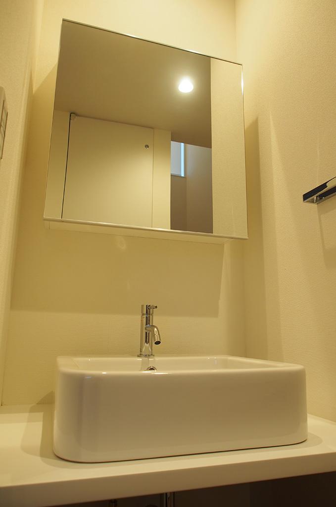 1階ホールにある造作洗面。家に入ってすぐ手を洗えるような配置