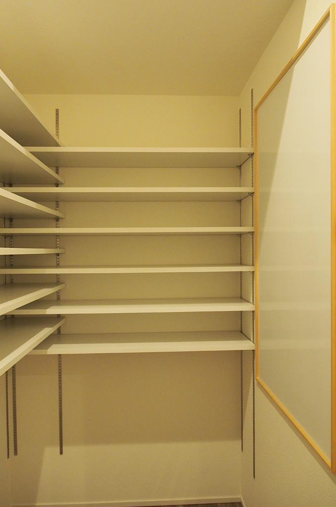 キッチンの脇にパントリーを兼ね備えた家事動線。壁面に大きなマグネットボードを配置。