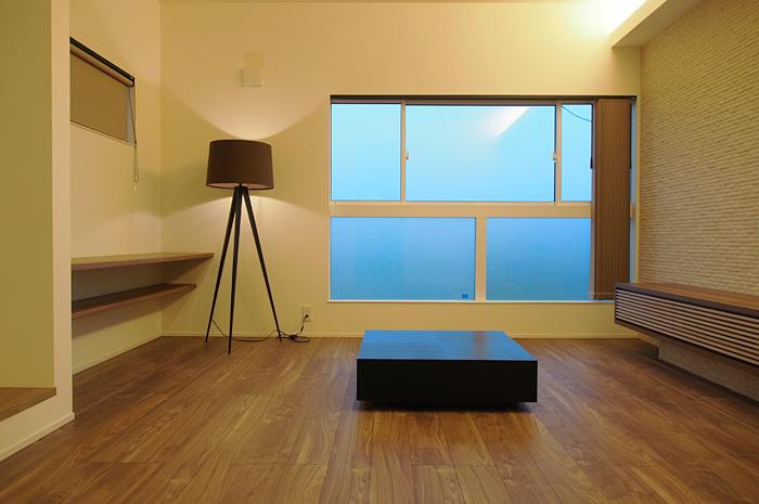 2階リビングの大開口。窓の外に広がる緑や空の眺望は誰にも邪魔されない気持ちのいい解放感。