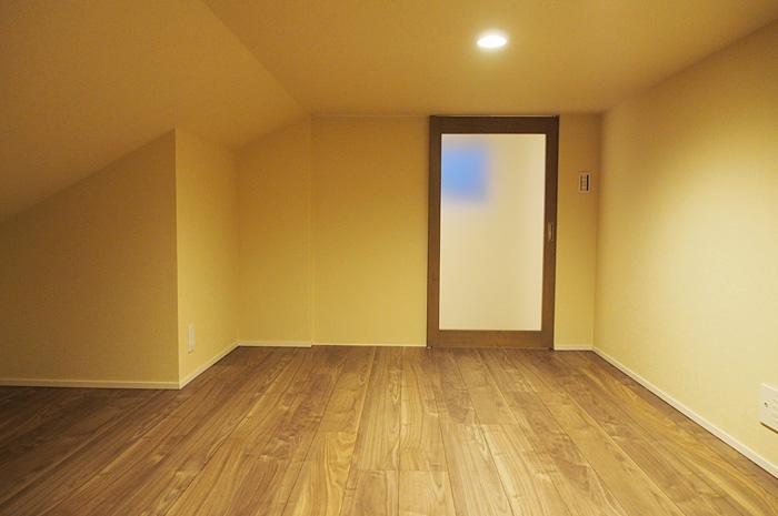 かわいい扉のついている1.4mの天井高の小屋裏部屋。抜群な収納能力