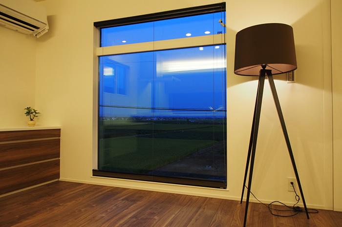 ダイニングにある大開口の窓。食事をしながら外の風景が楽しめる。