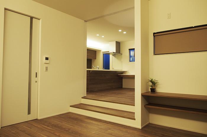 ダイニングとリビングを壁で仕切らず床の高さを変えながらエリア分けをするスキップフロアー。