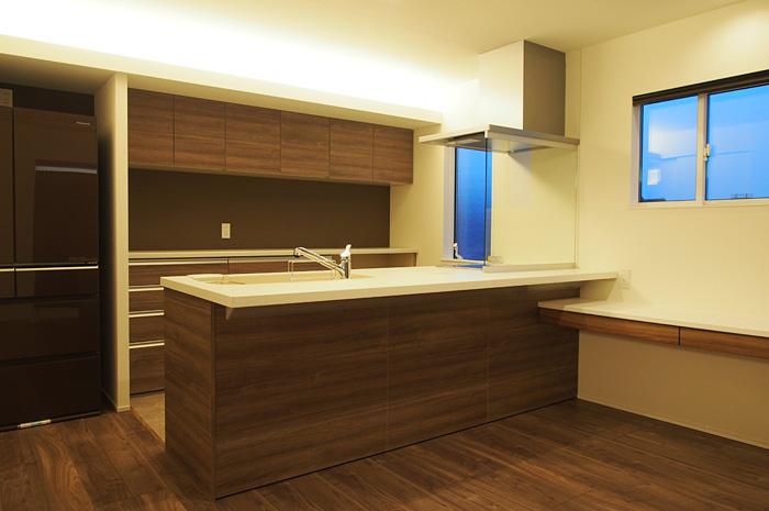キッチンをただ配置するだけではつまらない。少しでも家事が楽しくなるように間接照明で演出