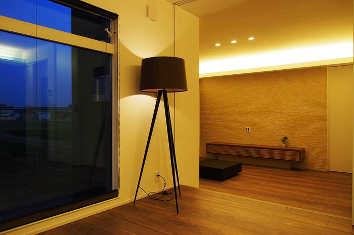 2階に大開口の窓と解放感のあるLDK。しかもスキップフロアーや壁面タイルが空間を演出。