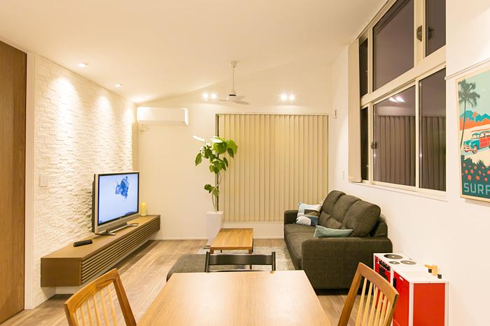 角地に計画されたこの住宅のLDKは大きな窓で空に向けて開放された。そして天井の高いリビングはリラックスできる開放感、採光の美しさ、安らぎを感じられる場所となる。