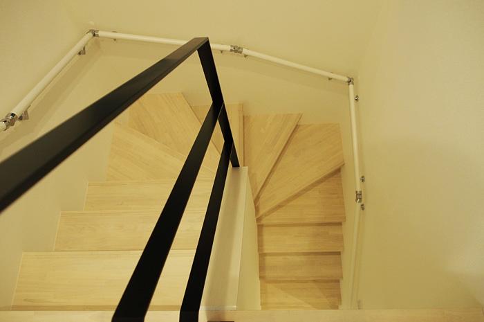 アイアン手摺を配したシンプルかつシャープなまわり階段。