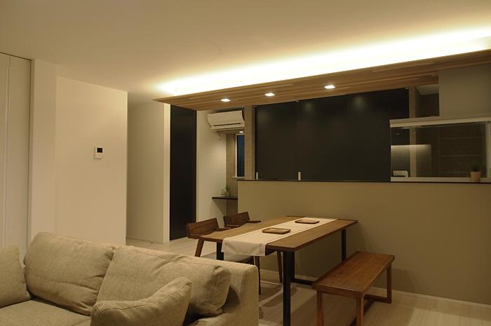 1フロアで、生活が完結するマンションスタイル。さまざまな動線を組み合わせたリビングからのアクセスが、生活のし易さを実感させる。