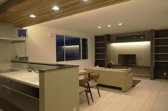 ゆったりとしたLDKスペースには、間接照明や造作類などをアクセントとし、上質なくつろぎ空間を造り出している。