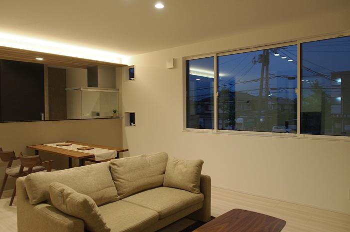 夜間、キッチン上に配置した間接照明と調光機能が、リビングでくつろぐ家族に安らぎをもたらす。