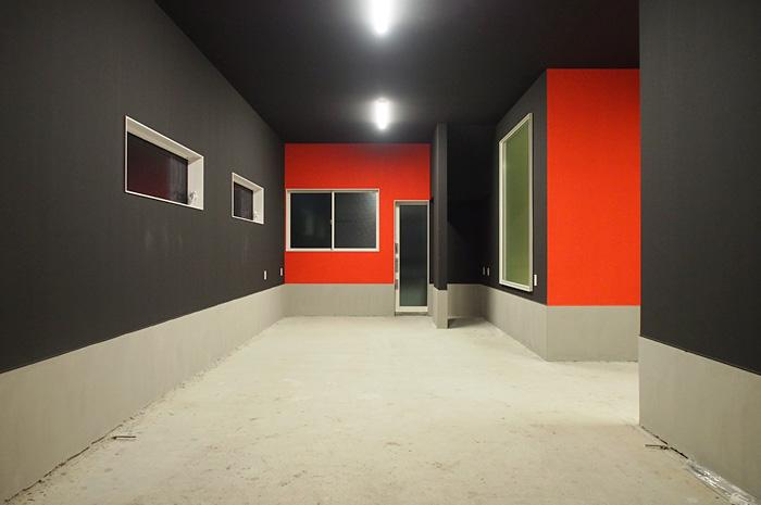 居住空間・ガレージ内ともに色彩コントラストを活かした美しいインテリアを実現。リビングなどの居住空間には白と黒を基調にした安らぎの空間を、ガレージ内には赤と黒を基調にした躍動感のあるデザインに仕上げた。デザインと住みやすさが融合した住まいをご覧ください。