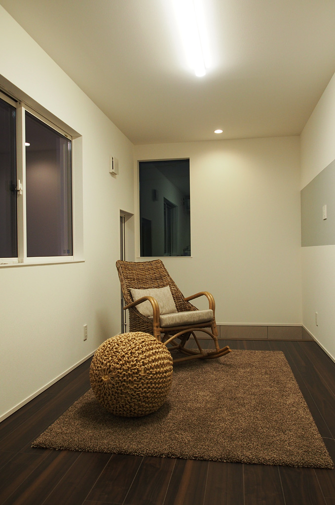 1階に配置した来訪者を迎える応接室。3方向の見通しがきく室内からは、外部、ガレージ内の様子がうかがうことができる。