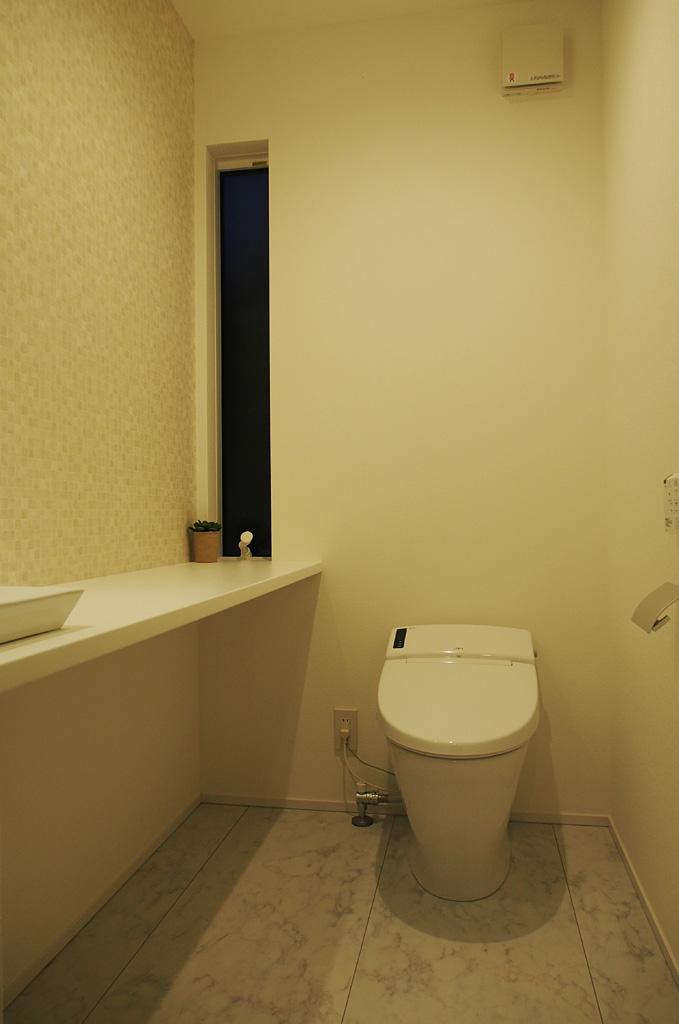 白を基調にした色彩で、清潔感を生み出す空間デザイン。