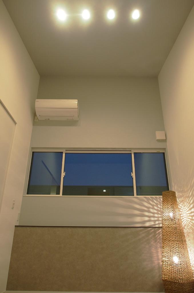 小屋裏を利用した吹抜けが、コンパクトな室内を広く開放的な印象に変化させる。