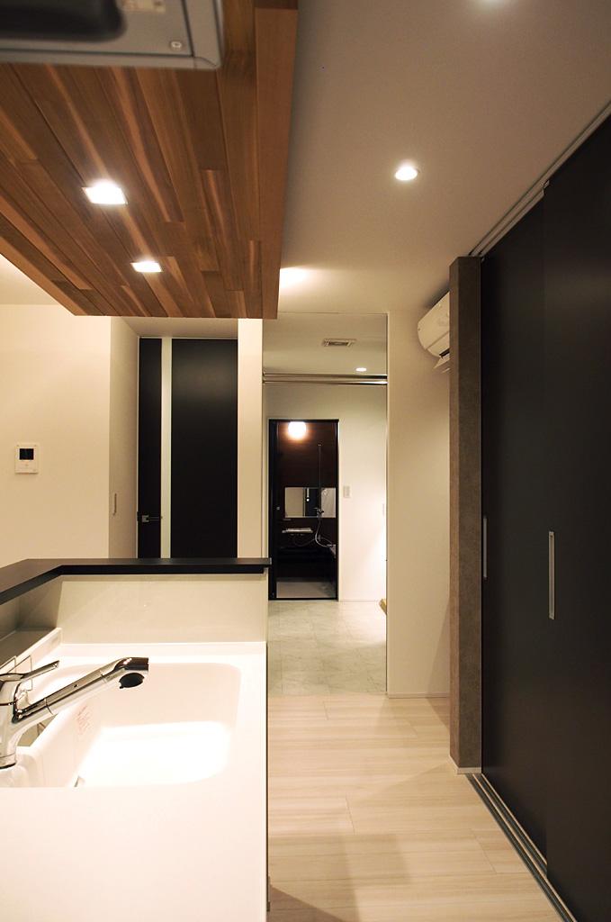 キッチンから洗面所、バスルームへと一直線でつながる動線で、日々における家事の負担を軽減。