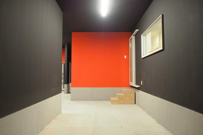 赤と黒のコントラストが美しいガレージ内。