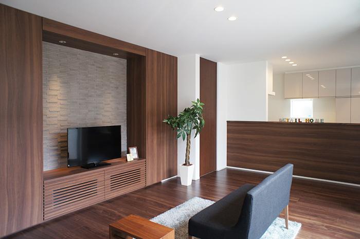 ホワイトの空間の中にグレーのタイル、ブラウンというモノトーンに近いカラーで統一された造作家具。大きな開口部が生み出す光と陰のコントラストが、家具の美しさを更に引き立てる。