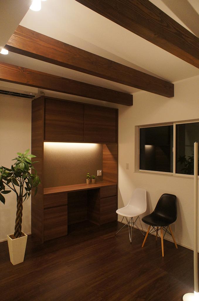 ダイニングスペースは天井を高くし、梁を見せることで木の質感を演出。