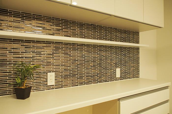 既成品の食器棚に壁面タイルをはり、デザイン性と機能を両立させたオリジナルキッチン収納
