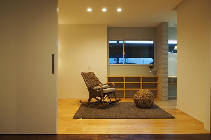 夫婦続き間の奥様の寝室。メープルの無垢材と造作家具が柔らかい空間を演出