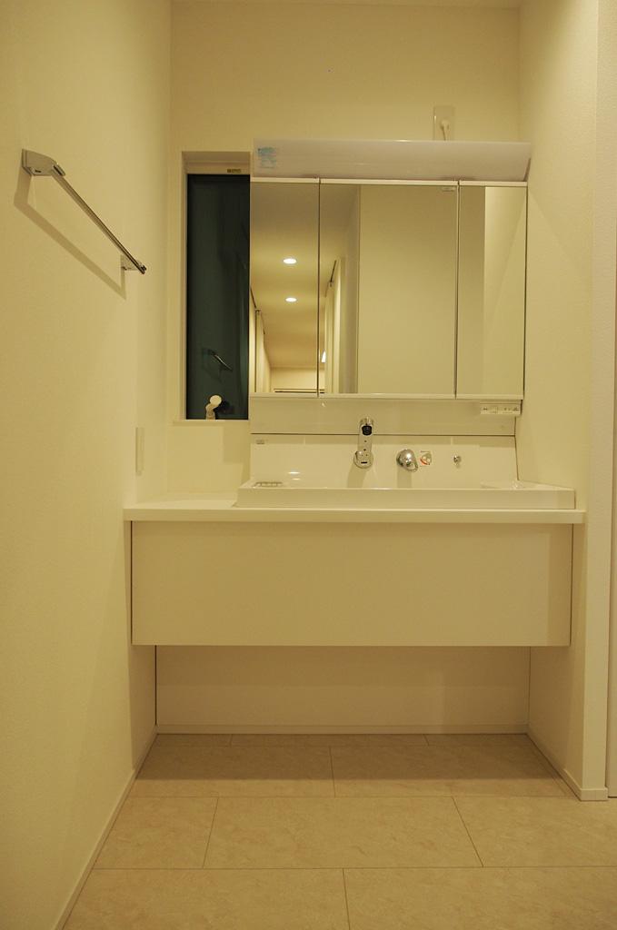 既成品と造作を組み合わせたコストをおさえたオリジナルの洗面化粧台