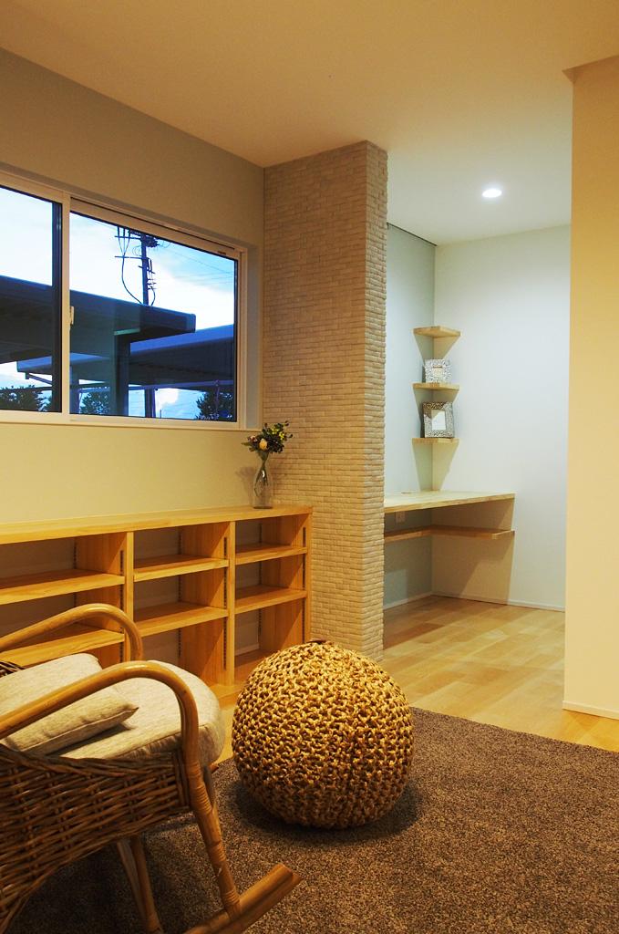 寝室の奥にある書斎。木の色味で統一した、寝室と統一感をもたせた書斎