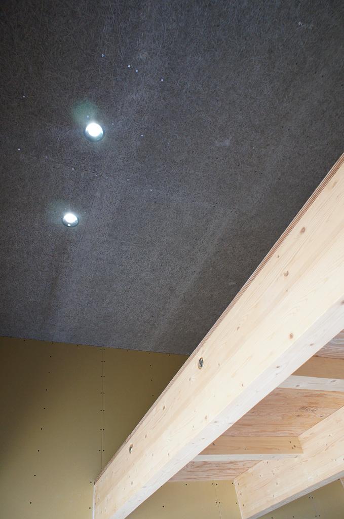 ガレージ内の天井を高くすることでもう一つの床をつくり収納量を増大させた。