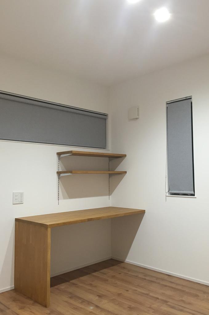子供室には、集成カウンターを利用したシンプルな造り付けのデスクを設置した。