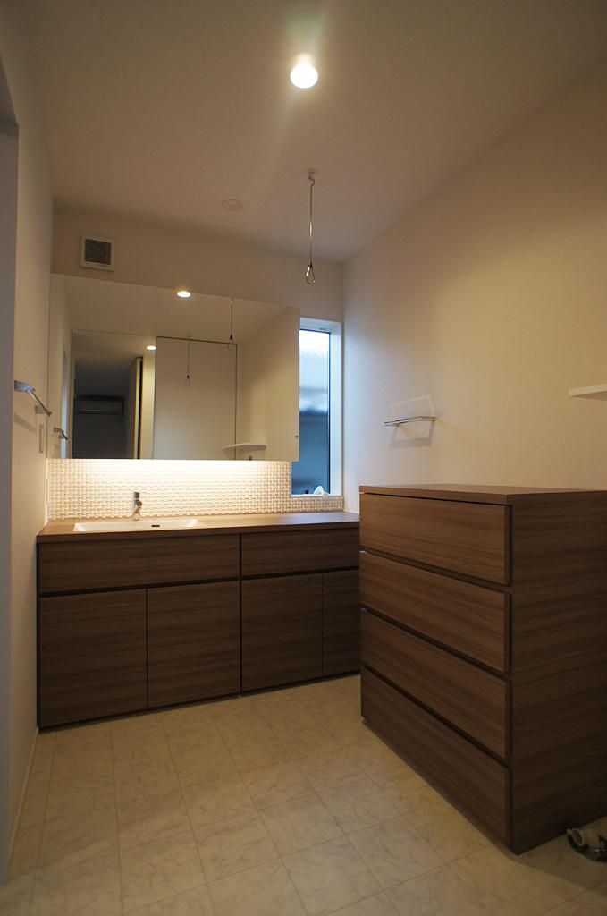 洗面台と、洗面スペースにジャストフィットしたチェストを製作。収納力と使いやすさを両立。